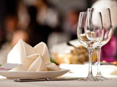 Dekket festbord med glass og servietter