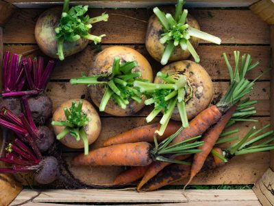 Ferske grønnsaker i en trekasse